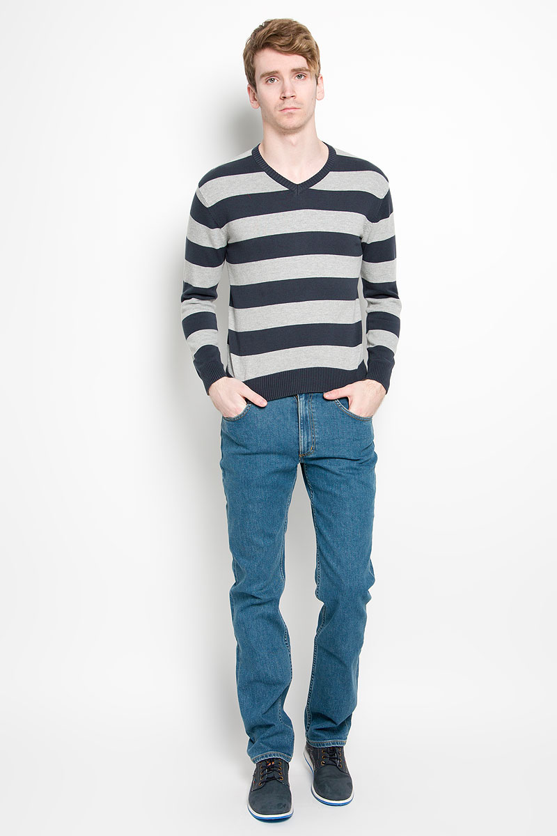 Пуловер мужской Karff, цвет: синий, серый. 88000-04. Размер XL (54)88000-04Классический мужской пуловер Karff, изготовленный из хлопковой пряжи, мягкий и приятный на ощупь, не сковывает движений и обеспечивает наибольший комфорт. Модель мелкой вязки с V - образным вырезом горловины и длинными рукавами великолепно подойдет для создания образа в стиле Casual. Края рукавов, низ изделия и горловина связаны резинкой.Этот пуловер послужит отличным дополнением к вашему гардеробу. В нем вы всегда будете чувствовать себя уютно и комфортно в прохладную погоду.