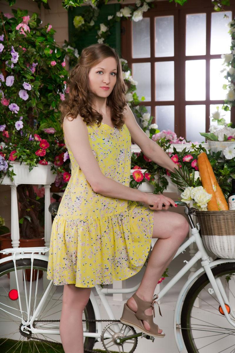 Платье MARUSЯ, цвет: желтый. 71172104. Размер 4471172104Стильное женское платье-миди MARUSЯ выполнено из 100% вискозы. Модель без рукавов и с V-образным вырезом горловины оформлена контрастным цветочным принтом.