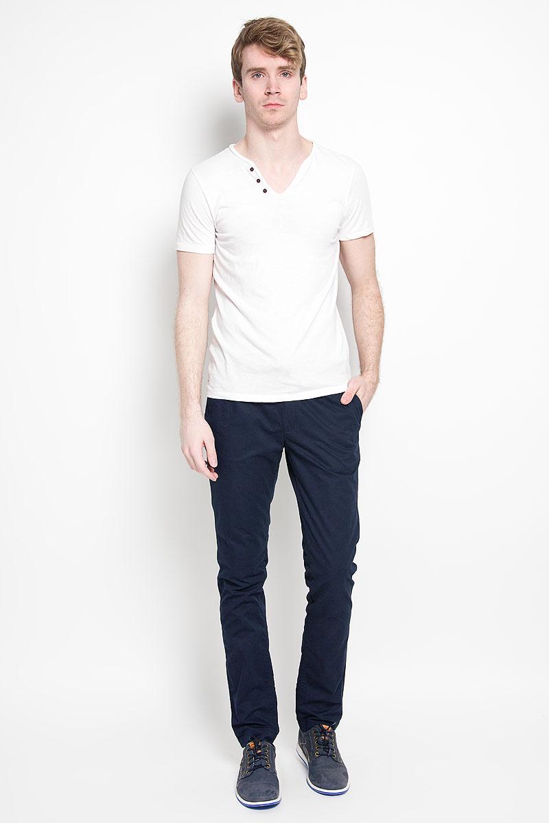 Брюки мужские Calvin Klein Jeans, цвет: темно-синий. J3EJ303550_4024. Размер 30 (44/46)88000-03Мужские брюки Calvin Klein Jeans станут модным дополнением к вашему гардеробу. Изготовленные из натурального хлопка, они мягкие и приятные на ощупь, не сковывают движения и позволяют коже дышать, обеспечивая комфорт. Брюки прямого кроя на поясе застегиваются на металлический крючок и имеют ширинку на застежке-молнии, а также шлевки для ремня и скрытый шнурок. Спереди у модели предусмотрены два втачных кармана, сзади - два прорезных кармана со светоотражающими элементами.Современный дизайн и расцветка делают эти брюки стильным предметом одежды, они отлично дополнят ваш образ и подчеркнут неповторимый стиль.