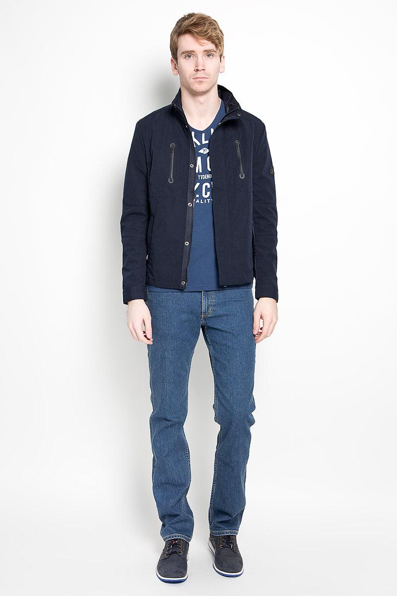 Куртка мужская Calvin Klein Jeans, цвет: темно-синий. J3EJ303375_4020. Размер L (48/50)88000-04Стильная мужская куртка Calvin Klein Jeans, рассчитанная на прохладную погоду, поможет вам почувствовать себя максимально комфортно. Модель изготовлена из высококачественного полиэстера. Подкладка изделия выполнена из полиэстера с добавлением хлопка.Модель с воротником-стойкой застегивается по всей длине на молнию и дополнительно клапаном на кнопках. Манжеты рукавов застегиваются на кнопки. Модель дополнена двумя прорезными карманами на молниях на груди, а также двумя карманами по бокам. На левом рукаве изделие декорировано прорезиненной нашивкой с логотипом бренда. Рукава и спинка декорированы вставками, выполненными из материала подкладки модели. Модная фактура ткани, отличное качество и великолепный дизайн делают эту куртку достойным атрибутом вашего гардероба.