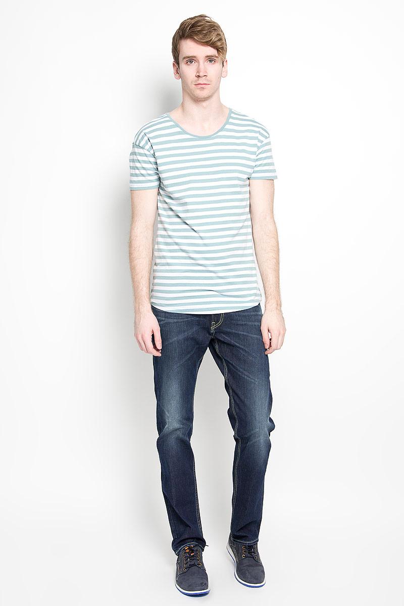 Джинсы мужские Lee Blake, цвет: темно-синий. L730JJDH. Размер 32-34 (48-34)L730JJDHМодные мужские джинсы Lee Blake - джинсы высочайшего качества на каждый день, которые прекрасно сидят.Модель прямого кроя и средней посадки изготовлена из эластичного хлопка. Застегиваются джинсы на пуговицу на поясе и ширинку на молнии, также имеются шлевки для ремня. Спереди модель дополнена двумя втачными карманами и одним накладным кармашком, а сзади - двумя накладными карманами. Оформлено изделие эффектом потертости и перманентными складками. Эти стильные и в то же время комфортные джинсы послужат отличным дополнением к вашему гардеробу. В них вы всегда будете чувствовать себя уютно и комфортно.