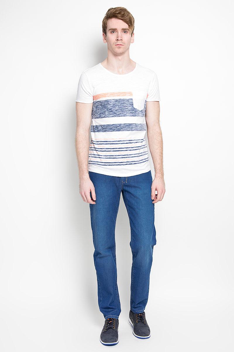 Футболка мужская Tom Tailor Denim, цвет: белый, оранжевый, синий. 1034724.01.12_6748. Размер L (50)1034724.01.12_6748Стильная мужская футболка Tom Tailor Denim, выполненная из высококачественного 100% хлопка, обладает высокой воздухопроницаемостью и гигроскопичностью, позволяет коже дышать. Такая футболка великолепно подойдет как для повседневной носки, так и для спортивных занятий.Модель с короткими рукавами и круглым вырезом горловины станет идеальным вариантом для создания модного современного образа. На груди изделие дополнено накладным карманом.Такая модель подарит вам комфорт в течение всего дня и послужит замечательным дополнением к вашему гардеробу.