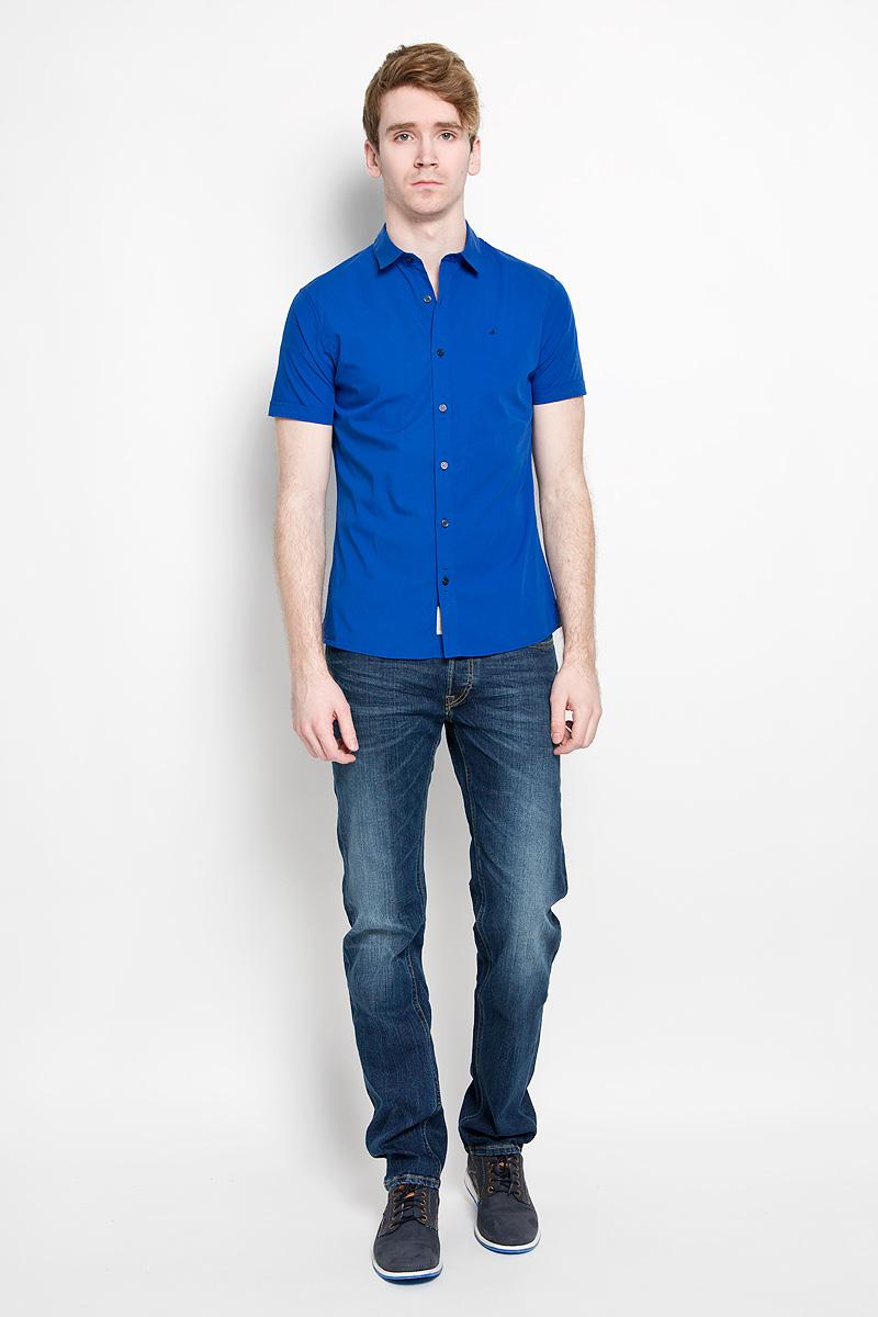Рубашка мужская Calvin Klein Jeans, цвет: синий. J3EJ303467_0840. Размер M (46/48)88004-01Стильная мужская рубашка Calvin Klein, выполненная из эластичного хлопка, подчеркнет ваш уникальный стиль и поможет создать оригинальный образ. Такой материал великолепно пропускает воздух, обеспечивая необходимую вентиляцию, а также обладает высокой гигроскопичностью. Рубашка с короткими рукавами и отложным воротником застегивается на пуговицы спереди. Рукава модели дополнены декоративными отворотами. Классическая рубашка - превосходный вариант для базового мужского гардероба и отличное решение на каждый день.Такая рубашка будет дарить вам комфорт в течение всего дня и послужит замечательным дополнением к вашему гардеробу.