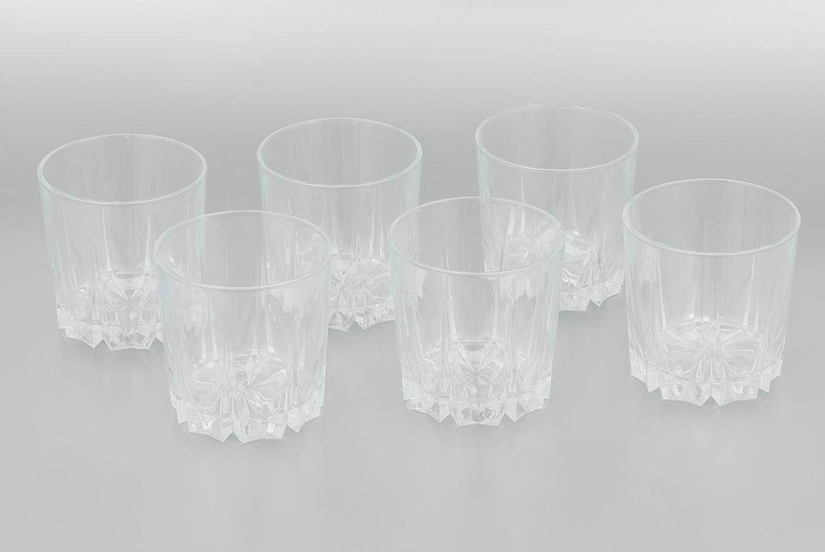 """Набор Pasabahce """"Karat"""", выполненный из закаленного натрий-кальций-силикатного стекла, состоит из шести стаканов. Низкие граненые стаканы с утолщенным дном предназначены для подачи виски и других напитков с добавлением льда. Стаканы сочетают в себе элегантный дизайн и функциональность. Благодаря такому набору пить напитки будет еще вкуснее.Набор стаканов Pasabahce """"Karat"""" идеально подойдет для сервировки стола и станет отличным подарком к любому празднику.  Можно использовать в морозильной камере и микроволновой печи. Можно мыть в посудомоечной машине. Диаметр стакана по верхнему краю: 8 см. Высота стакана: 8,5 см."""