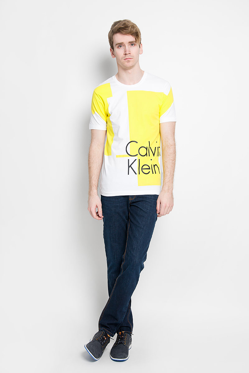 Футболка мужская Calvin Klein Jeans, цвет: белый, желтый, черный. J3IJ303638_1120. Размер M (46/48)88004-01Стильная мужская футболка Calvin Klein Jeans, выполненная из высококачественного эластичного хлопка, обладает высокой теплопроводностью, воздухопроницаемостью и гигроскопичностью, позволяет коже дышать.Модель с круглым вырезом горловины и короткими рукавами, оформлена оригинальным принтом с надписью Calvin Klein.Такая модель будет дарить вам комфорт в течение всего дня и послужит замечательным дополнением к вашему гардеробу.