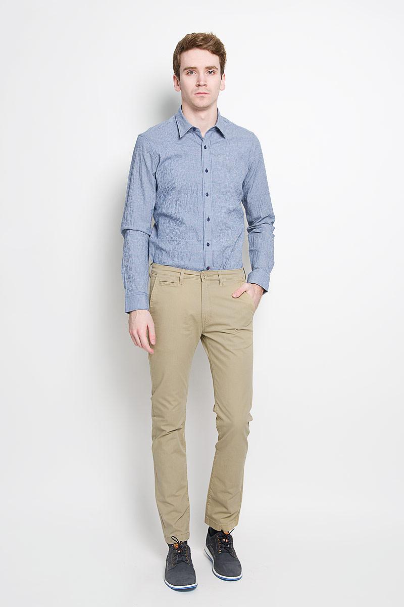 Брюки мужские Lee Chino, цвет: песочный. L768GK65. Размер 31-34 (46/48-34)L768GK65Стильные мужские брюки Lee Chino - высочайшего качества отлично подойдут на каждый день, прекрасно сидят. Модель немного зауженного к низу кроя и средней посадки изготовлена из высококачественного материала, не сковывает движения.Застегиваются брюки на пластиковую пуговицу в поясе и ширинку на металлической застежке-молнии, имеются шлевки для ремня. Спереди модель оформлена двумя врезными карманами с косыми срезами и одним секретным прорезным кармашком, сзади - двумя прорезными карманами с клапанами на пуговицах.Эти модные и в то же время комфортные брюки послужат отличным дополнением к вашему гардеробу. В них вы всегда будете чувствовать себя уютно и комфортно.