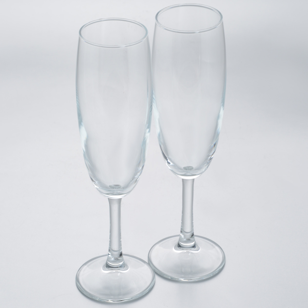 Набор бокалов Pasabahce Classique, 215 мл, 2 шт440150BНабор Pasabahce Classique состоит из двух высоких бокалов, выполненных из прочного натрий-кальций-силикатного стекла. Изделия оснащены высокими ножками.. Бокалы предназначены для подачи шампанского или вина. Набор бокалов Pasabahce прекрасно оформит праздничный стол и станет хорошим подарком к любому случаю.Можно мыть в посудомоечной машине.Диаметр бокала (по верхнему краю): 4,9 см.Высота бокала: 21,8 см.