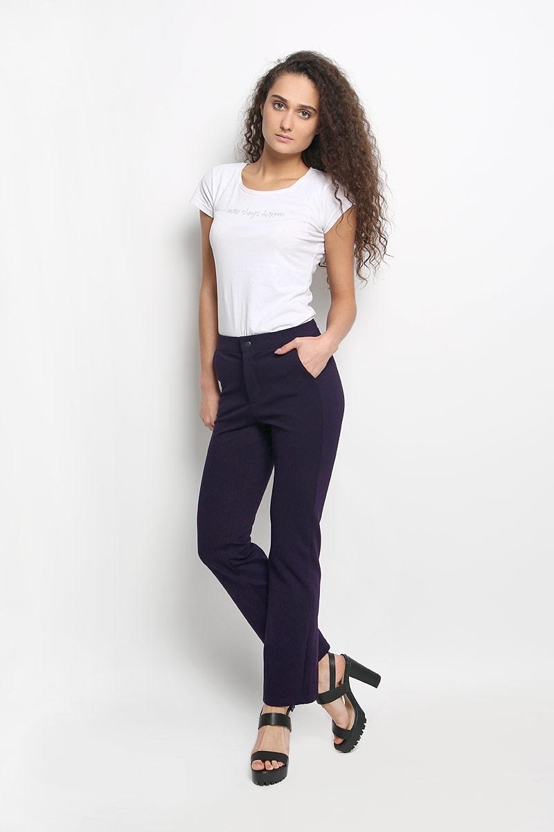 Брюки женские Rocawear, цвет: темно-фиолетовый. R041519. Размер M (46)R041519Стильные женские брюки Rocawear - это изделие высочайшего качества, которое превосходно сидит и подчеркнет все достоинства вашей фигуры. Прямые укороченные брюки стандартной посадки выполнены из эластичного полиэстера с добавлением вискозы, что обеспечивает комфорт и удобство при носке. Брюки застегиваются на кнопку в поясе и ширинку на застежке-молнии. Брюки имеют два втачных кармана спереди, а сзади украшены имитацией карманов.Эти модные и в тоже время комфортные брюки послужат отличным дополнением к вашему гардеробу и помогут создать неповторимый современный образ.