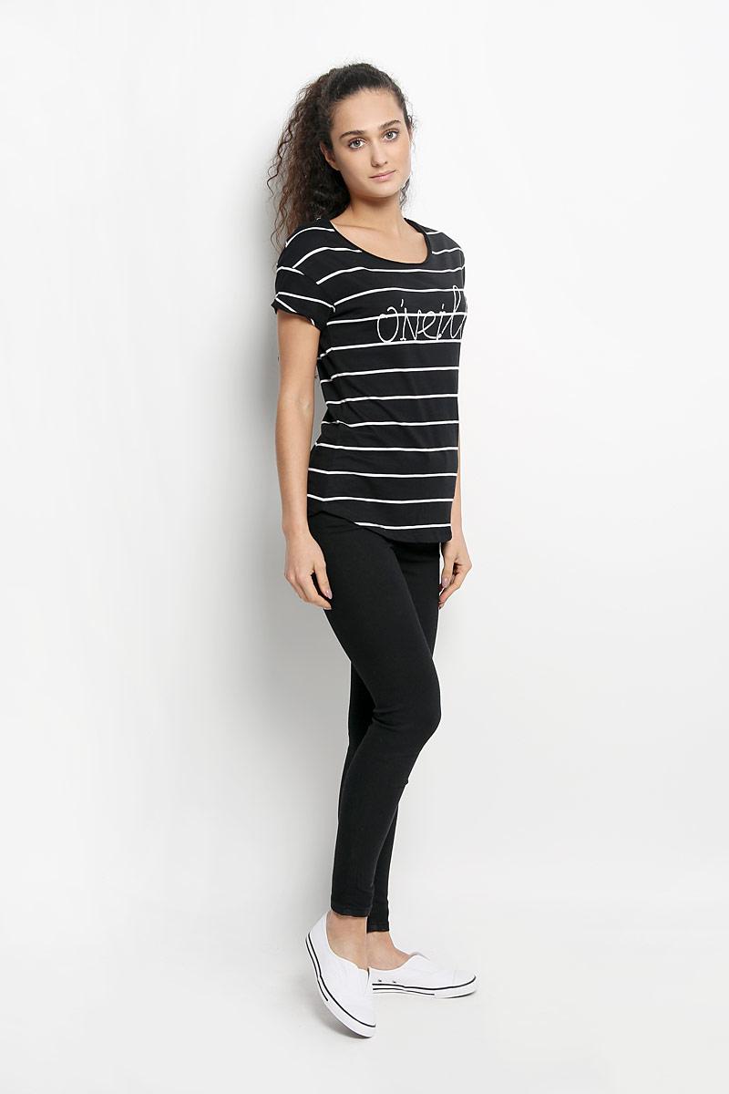 Футболка женская ONeill, цвет: черный, белый. 607340-9900. Размер S (44)607340-9900Стильная женская футболка ONeill, выполненная из натурального хлопка, обладает высокой теплопроводностью, воздухопроницаемостью и гигроскопичностью, позволяет коже дышать. Модель с короткими рукавами и круглым вырезом горловины - идеальный вариант для создания стильного современного образа. Футболка украшена принтом с логотипом бренда и дополнена небольшим металлическим лейблом.Такая модель подарит вам комфорт в течение всего дня и послужит замечательным дополнением к вашему гардеробу.
