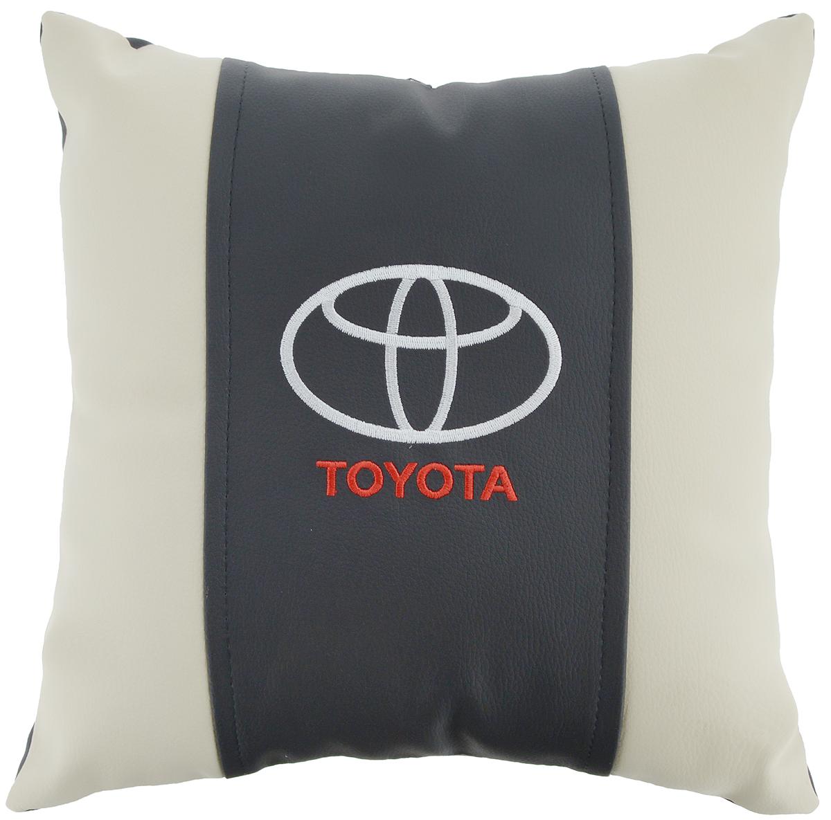Подушка на сиденье Autoparts Toyota, 30 х 30 смМ052Подушка на сиденье Autoparts Toyota создана для тех, кто весь свой день вынужден проводить за рулем. Чехол выполнен из высококачественной дышащей экокожи. Наполнителем служит холлофайбер. На задней части подушки имеется змейка.Особенности подушки:- Хорошо проветривается.- Предупреждает потение.- Поддерживает комфортную температуру.- Обминается по форме тела.- Улучшает кровообращение.- Исключает затечные явления.- Предупреждает развитие заболеваний, связанных с сидячим образом жизни. Подушка также будет полезна и дома - при работе за компьютером, школьникам - при выполнении домашних работ, да и в любимом кресле перед телевизором.