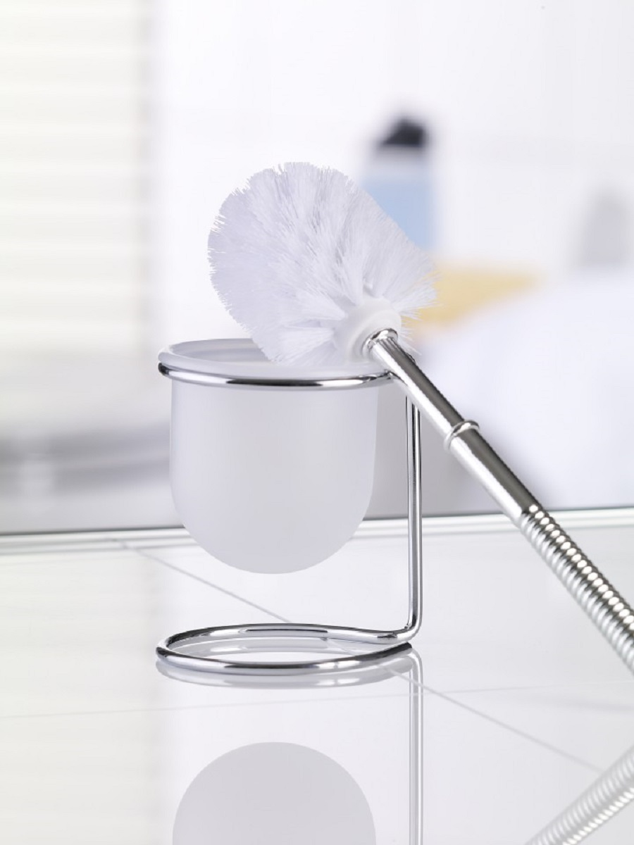 """Гарнитур для туалета Top Star """"Draht"""" состоит из пластикового ершика с удобной ручкой, пластиковой колбы и устойчивой подставки из высококачественной хромированной стали, устойчивой к проявлениям коррозии. Щетка ершика с жестким густым ворсом прослужит долгое время без необходимости замены. Гарнитур компактен и удобен в использовании. Высококачественные материалы позволят наслаждаться покупкой долгие годы."""