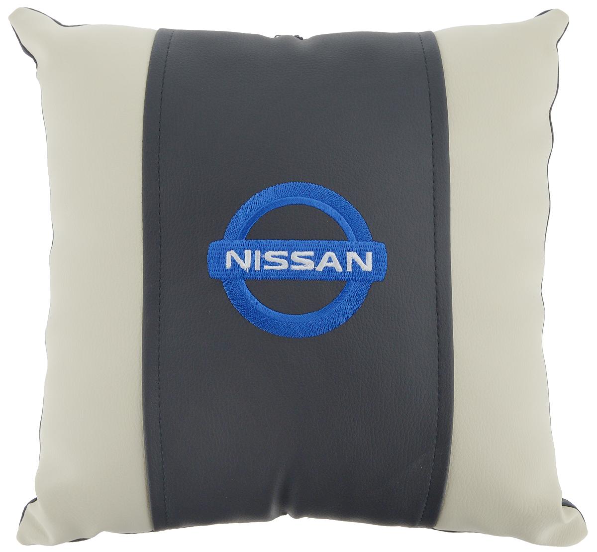 Подушка на сиденье Autoparts Nissan, 30 х 30 смМ044Подушка на сиденье Autoparts Nissan создана для тех, кто весь свой день вынужден проводить за рулем. Чехол выполнен из высококачественной дышащей экокожи. Наполнителем служит холлофайбер. На задней части подушки имеется змейка.Особенности подушки:- Хорошо проветривается.- Предупреждает потение.- Поддерживает комфортную температуру.- Обминается по форме тела.- Улучшает кровообращение.- Исключает затечные явления.- Предупреждает развитие заболеваний, связанных с сидячим образом жизни. Подушка также будет полезна и дома - при работе за компьютером, школьникам - при выполнении домашних работ, да и в любимом кресле перед телевизором.