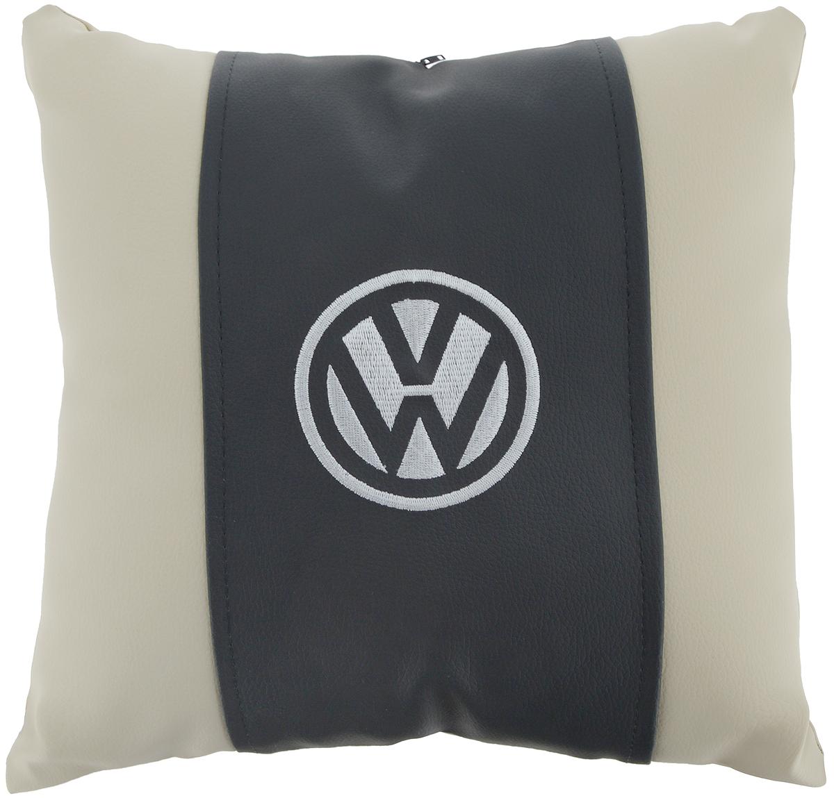 Подушка на сиденье Autoparts Volkswagen, 30 х 30 смМ049Подушка на сиденье Autoparts Volkswagen создана для тех, кто весь свой день вынужден проводить за рулем. Чехол выполнен из высококачественной дышащей экокожи. Наполнителем служит холлофайбер. На задней части подушки имеется змейка.Особенности подушки:- Хорошо проветривается.- Предупреждает потение.- Поддерживает комфортную температуру.- Обминается по форме тела.- Улучшает кровообращение.- Исключает затечные явления.- Предупреждает развитие заболеваний, связанных с сидячим образом жизни. Подушка также будет полезна и дома - при работе за компьютером, школьникам - при выполнении домашних работ, да и в любимом кресле перед телевизором.