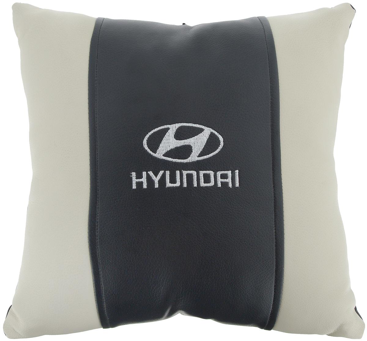 Подушка на сиденье Autoparts Hyundai, 30 х 30 смМ048Подушка на сиденье Autoparts Hyundai создана для тех, кто весь свой день вынужден проводить за рулем. Чехол выполнен из высококачественной дышащей экокожи. Наполнителем служит холлофайбер. На задней части подушки имеется змейка.Особенности подушки:- Хорошо проветривается.- Предупреждает потение.- Поддерживает комфортную температуру.- Обминается по форме тела.- Улучшает кровообращение.- Исключает затечные явления.- Предупреждает развитие заболеваний, связанных с сидячим образом жизни. Подушка также будет полезна и дома - при работе за компьютером, школьникам - при выполнении домашних работ, да и в любимом кресле перед телевизором.