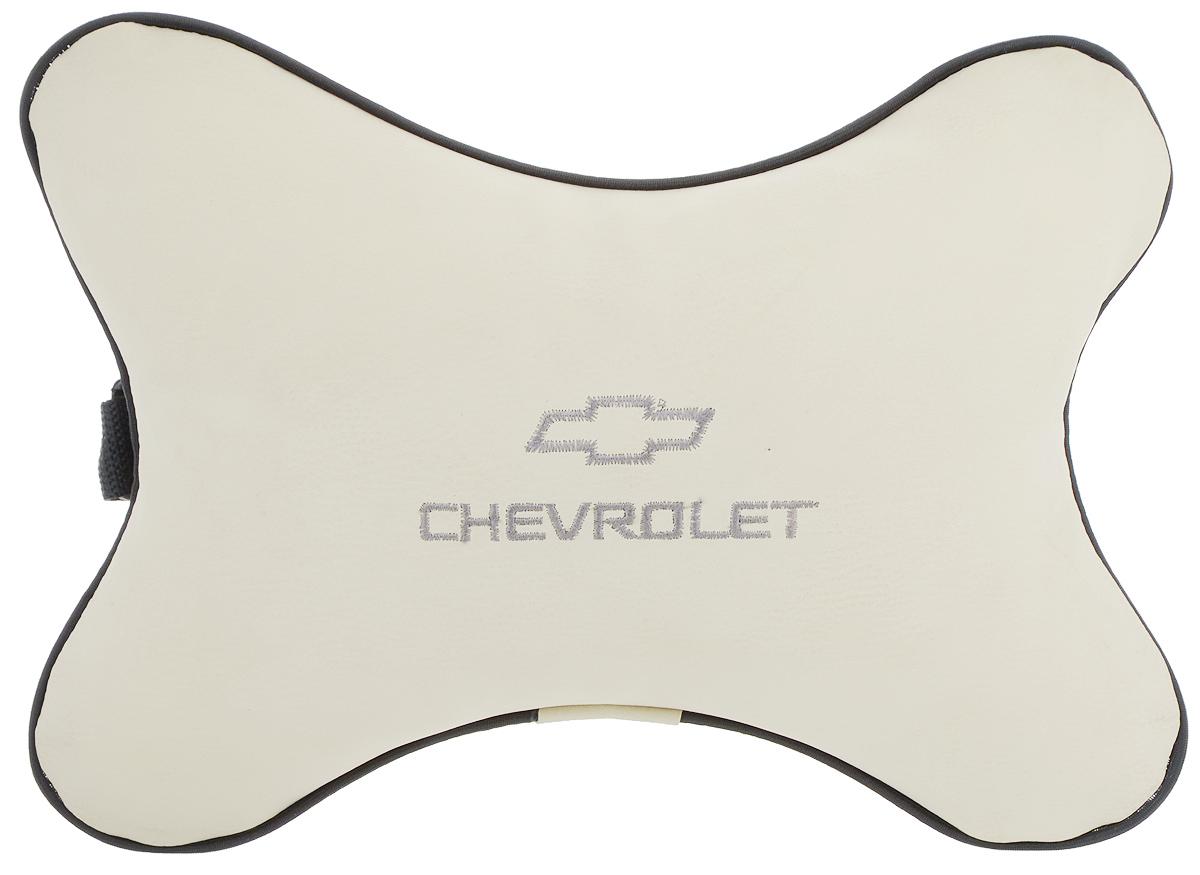 """Автомобильная подушка Autoparts """"Chevrolet"""", выполненная из  эко-кожи с мягким наполнителем из холлофайбера,  снимает усталость с шейных мышц, обеспечивает правильное положение головы и амортизирует нагрузки на шейные позвонки при резком маневрировании. Ее можно  зафиксировать на подголовнике с помощью регулируемого по длине ремня. На изделии имеется молния, с  помощью которой вы с легкостью сможете поменять  наполнитель.  Если ваши пассажиры захотят  вздремнуть, то подушка под  голову окажется очень кстати и поможет  расслабиться."""