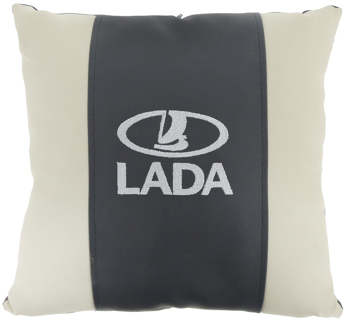 Подушка на сиденье Autoparts Lada, 30 х 30 смМ051Подушка на сиденье Autoparts Lada создана для тех, кто весь свой день вынужден проводить за рулем. Чехол выполнен из высококачественной дышащей экокожи. Наполнителем служит холлофайбер. На задней части подушки имеется змейка.Особенности подушки:- Хорошо проветривается.- Предупреждает потение.- Поддерживает комфортную температуру.- Обминается по форме тела.- Улучшает кровообращение.- Исключает затечные явления.- Предупреждает развитие заболеваний, связанных с сидячим образом жизни. Подушка также будет полезна и дома - при работе за компьютером, школьникам - при выполнении домашних работ, да и в любимом кресле перед телевизором.