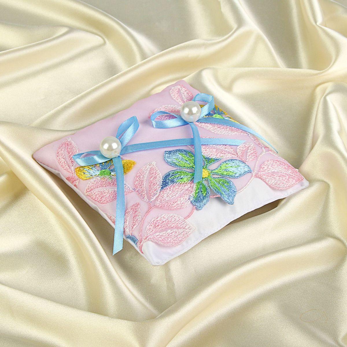 Подушка для колец Sima-land, цвет: розовый. 11618581161858Подушка для колец добавит торжественности в грандиозный момент обмена символами любви и передаст всем присутствующим романтическое настроение влюблённой пары.Подарите себе великолепное настроение и превратите свою свадьбу в самое счастливое воспоминание.