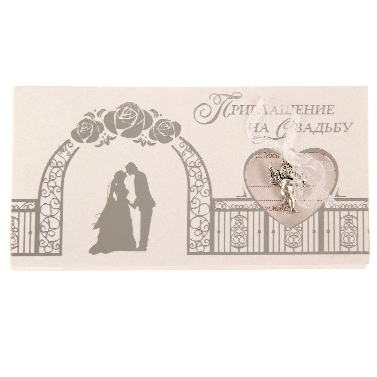 Приглашение на свадьбу Sima-land Жених и невеста, 13 х 7 см1177999Свадьба - одно из главных событий в жизни каждого человека. Для идеального торжества необходимо продумать каждую мелочь. Родным и близким будет приятно получить индивидуальную красивую открытку с эксклюзивным дизайном.Приглашение Sima-land Жених и невеста, выполненное в форме горизонтальной открытки, декорировано подвеской из металла с бантом. Внутри располагается текст приглашения, свободные поля для имени получателя, времени, даты и адреса проведения мероприятия. Заполните необходимые строки и раздайте приглашение гостям.Устройте незабываемую свадьбу с приглашением Sima-land Жених и невеста!