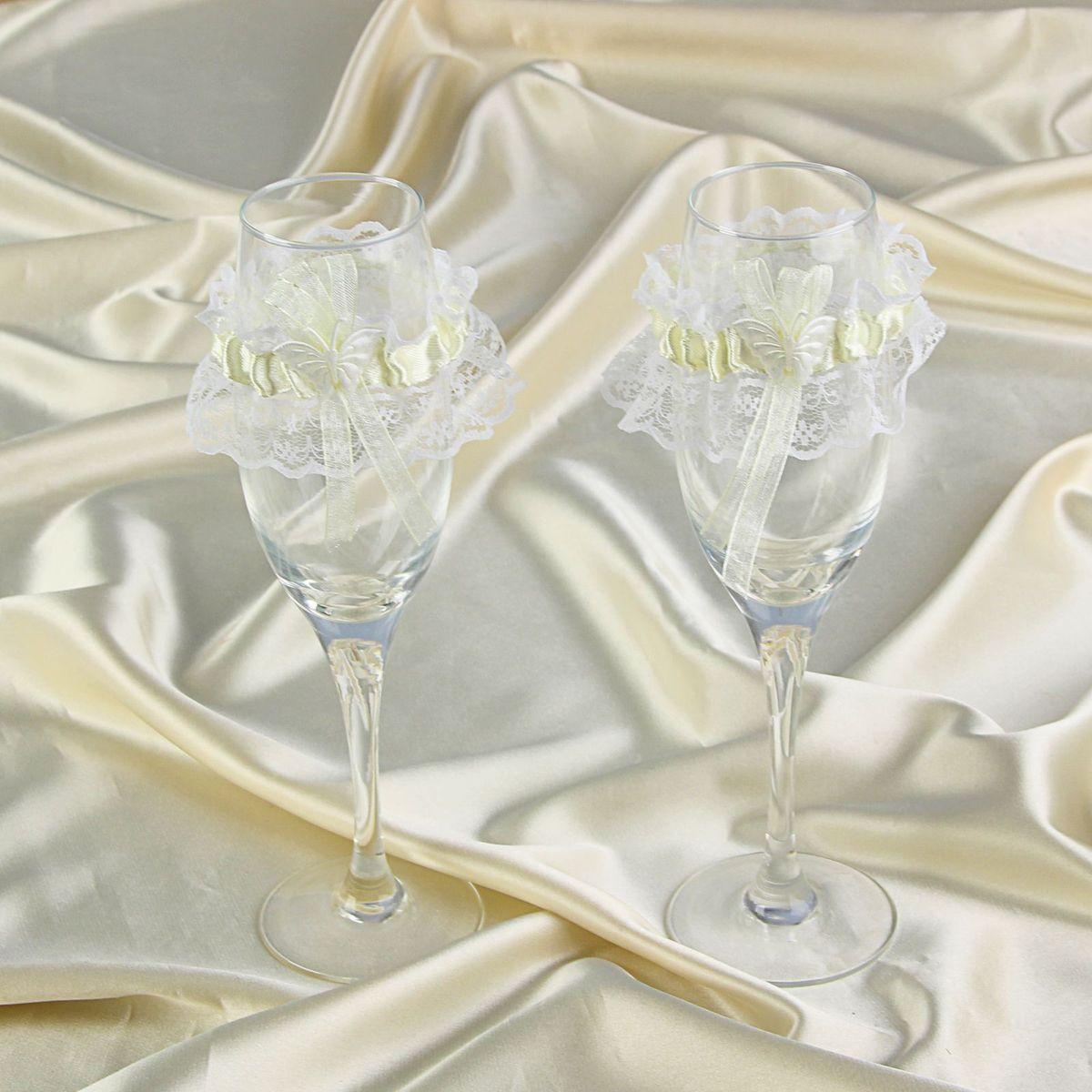 Подвязки на бокалы Sima-land, цвет: кремовый, 2 шт. 825051825051Подвязки на бокалы - то, без чего не проходит ни одна церемония бракосочетания. Изысканный и утонченный аксессуар будет выигрышно смотреться в зале регистрации и за банкетным столом. Этот символ можно сохранить и на последующие годовщины свадьбы, украсив им бокал шампанского и вспоминая счастливый день.