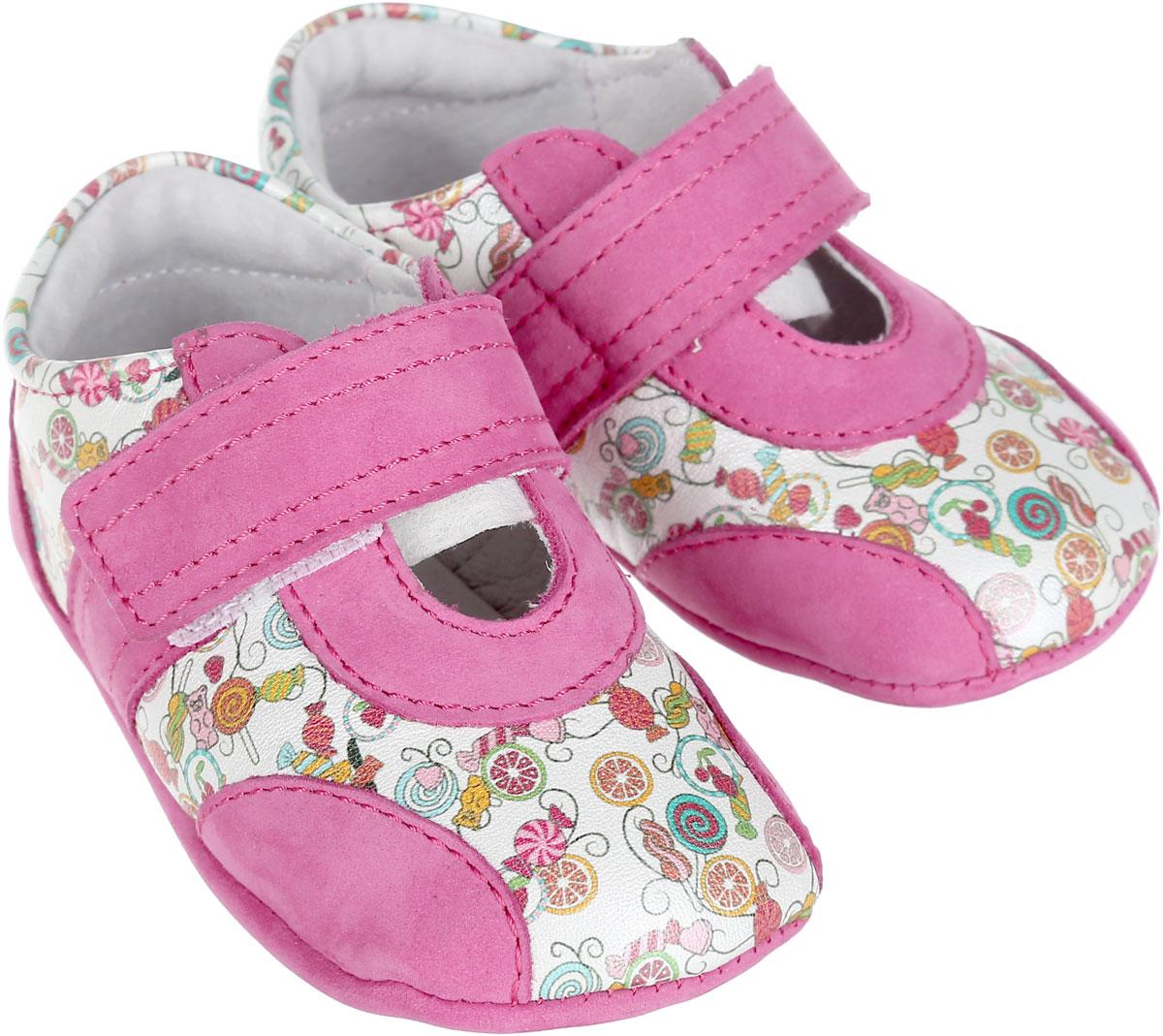 Пинетки для девочки Elegami, цвет: фуксия, белый. 7-801721501. Размер 177-801721501Пинетки для девочки Elegami станут отличным дополнением к гардеробу маленькой принцессы. Изделие выполнено из натуральной кожи разной фактуры.Пинетки дополнены хлястиками с застежками-липучками, которые надежно фиксируют их на ножке ребенка. Модель оформлена принтом с изображением различных сладостей. Натуральные и комфортные материалы делают модель практичной и популярной. Такие пинетки - отличное решение для малышей и их родителей!