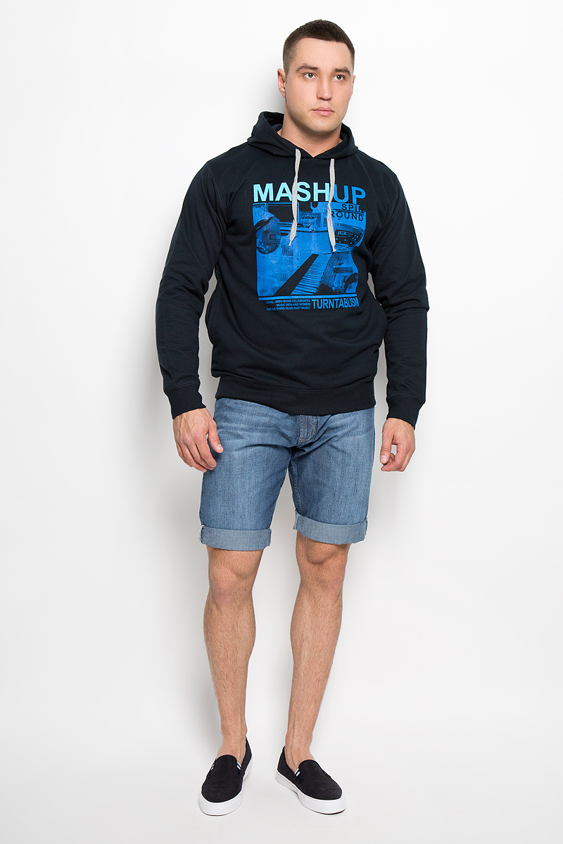 Толстовка мужская Karff, цвет: черный, синий. 93031-04. Размер XL (54)93031-04Стильная мужская толстовка Karff, выполненная из натурального хлопка, идеально подойдет для активного отдыха или занятий спортом. Материал очень мягкий и приятный на ощупь, не сковывает движения и позволяет коже дышать. Лицевая сторона изделия гладкая, изнаночная с теплым и мягким начесом.Толстовка с капюшоном и длинными рукавами оформлена спереди принтом и надписями. Капюшон по краю дополнен затягивающимся шнурком. На рукавах имеются широкие манжеты. Снизу изделия предусмотрена трикотажная резинка. По бокам расположены два втачных кармана. Такая модель подарит вам комфорт в течение всего дня и послужит замечательным дополнением к вашему гардеробу.