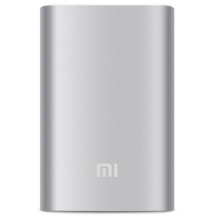 Xiaomi Mi Power Bank, Silver внешний аккумулятор (10000 мАч)NDY-02-ANМиниатюрный размер портативного аккумулятора Xiaomi при электроемкости в 10000 мАч стал возможен благодаря применению новейших научно-технических разработок в области источников питания. В качестве основы данного аккумулятора использованы оригинальные элементы питания повышенной емкости от ведущих мировых производителей, таких как Panasonic и LG. Максимальная плотность энергии может достигать 735 Вт/ч. Плата защиты от всемирно известной компании по разработке аналоговых полупроводниковых микросхем Monilithic Power Systems (MPS) не только обеспечивает 9-ти контурную защиту, но и повышает эффективность заряда/разряда. Данная микросхема не только обеспечивает безопасность, но и эффективно повышает коэффициент передачи заряда, стабилизирует напряжение при разряде, а также содержит резистивно-емкостные элементы. В отличие от обычных портативных источников питания, аккумулятор Xiaomi заряжает лучше и обладает большей долговечностью.Благодаря функции автоматической регулировки выходной мощности портативный аккумулятор Xiaomi подходит для подзарядки различных устройств. Идеально совместим со смартфонами и планшетами брендов Xiaomi, Iphone, Samsung, HTC, Google, Blackberryи т.д., а также с некоторыми моделями цифровых фотокамер и портативных игровых приставок. В изготовлении корпуса используется высокоточный станок с ЧПУ. Программа разработана таким образом, что корпус устройства производится из одного монолитного металлического листа. Корпус отличается высокой прочностью и ударостойкостью, обладает антиконденсатными и антикоррозийными свойствами, поэтому его удобно брать с собой всегда и везде.