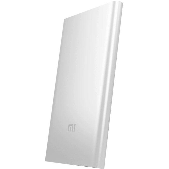 Xiaomi Power Bank, Silver внешний аккумулятор (5000 мАч)NDY-02-AMБлагодаря новейшим технологиям от ведущих производителей, Xiaomi предлагает безопасный и стабильный источник питания для ваших любимых мобильных устройств.Большой и ёмкий Power Bank - это конечно хорошо, но как быть тем кому достаточно всего одной подзарядки телефона в день. Специального для этого Xiaomi переработала свою младшую модель внешнего аккумулятора, сделав его ёще удобнее и практичнее в использование. Она не только сохранила все свои главные достоинства, но и стала тонкой, теперь всего 9,9 мм.Поставщиком литий-ионных аккумуляторов выступает компания ATL, один из поставщиков аккумуляторов для Apple. Отличный срок службы и возможность заряжать всю совместимую мобильную технику - всё это Xiaomi Power Bank 5000 мАч. Установлены чипы USB smart-control и датчики зарядки/разрядки от Texas Instruments.Цельный металлический корпус был создан технологиями высокой точности цифровой резки. Поверхность устойчива к воде и коррозии. Идеально подходит для повседневного использования.