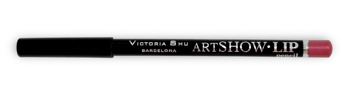 Victoria Shu Карандаш для губ Artshow №104957V15547Мягкая формула карандаша бережно очерчивает контур губ, придавая им идеальную форму и делая дальнейший макияж более стойким и ярким в течении дня. Невероятная сатиновая текстура в комбинации с натуральными восками способствуют комфортному нанесению текстуры на губы и обеспечивают контуру дополнительный уход и питание.Карандаш можно использовать, как контур для губ, а также наносить его и растушевывать по всей поверхности губ вместо губной помады.
