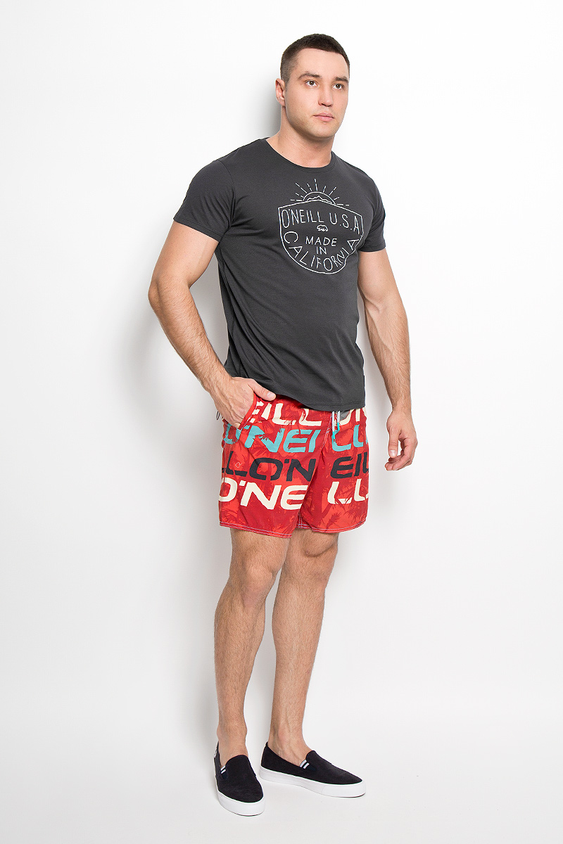 Футболка мужская ONeill, цвет: темно-серый. 602332-9010. Размер XL (52)602332-9010Стильная мужская футболка ONeill, выполненная из высококачественного хлопка с добавлением полиэстера, обладает высокой воздухопроницаемостью и гигроскопичностью, позволяет коже дышать. Такая футболка великолепно подойдет как для повседневной носки, так и для спортивных занятий.Модель с короткими рукавами и круглым вырезом горловины - идеальный вариант для создания модного современного образа. Футболка оформлена принтом с надписью ONeill U.S.A. Made in California. Такая модель подарит вам комфорт в течение всего дня и послужит замечательным дополнением к вашему гардеробу.