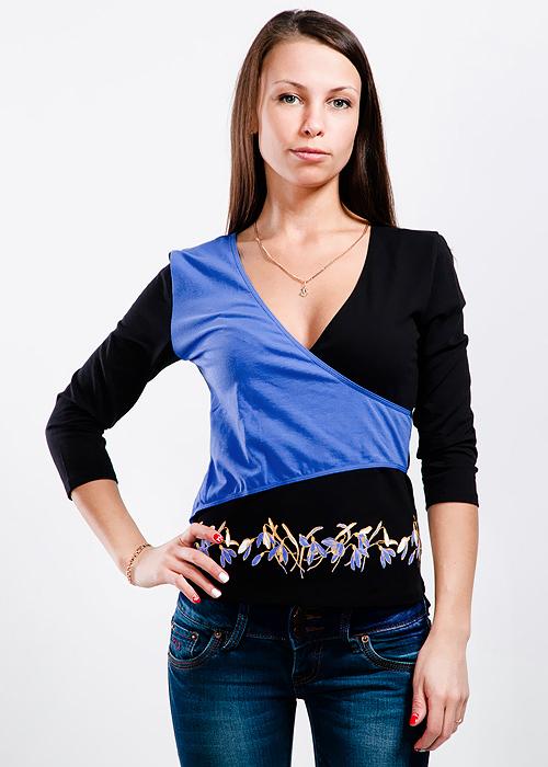 Блуза женская Lowry, цвет: ярко-голубой, черный. LF1-183. Размер M (44/46)LF1-183Симпатичная женская блуза Lowry, изготовленная из хлопка с добавлением лайкры, необычайно мягкая и приятная на ощупь, не сковывает движения и позволяет коже дышать, не раздражает даже самую нежную и чувствительную кожу, обеспечивая наибольший комфорт.Модель с запахом, рукавами 3/4 и V-образным вырезом горловины имеет приталенный крой. Низ изделия спереди оформлен термоаппликациями в виде цветков. Такая блуза поможет вам создать запоминающийся стильный образ.