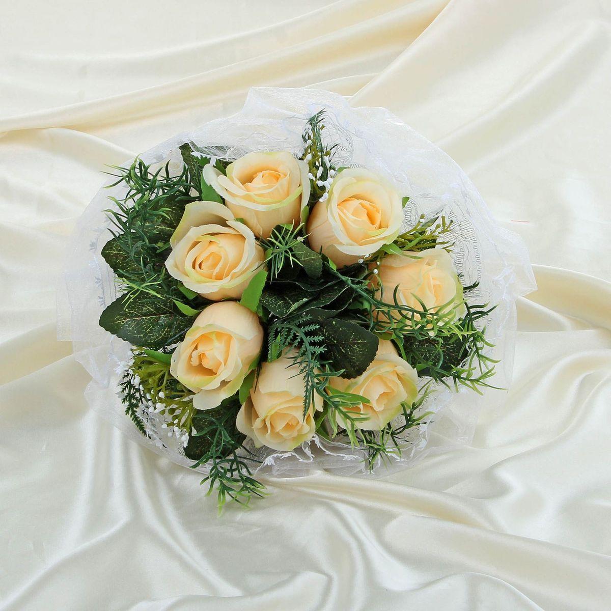 Букет-дублер Sima-land, цвет: бежевый. 11203231120323Традиция кидать букет невесты на свадьбе зародилась совсем недавно, но является одним из самых долгожданных моментов праздника. Для многих незамужних подружек – поймать букет на свадьбе – шанс осуществления заветной мечты.Современные невесты всё чаще используют для этого ритуала бутафорские букеты из искусственных материалов. Они легче, дешевле и точно не смогут рассыпаться в полете.