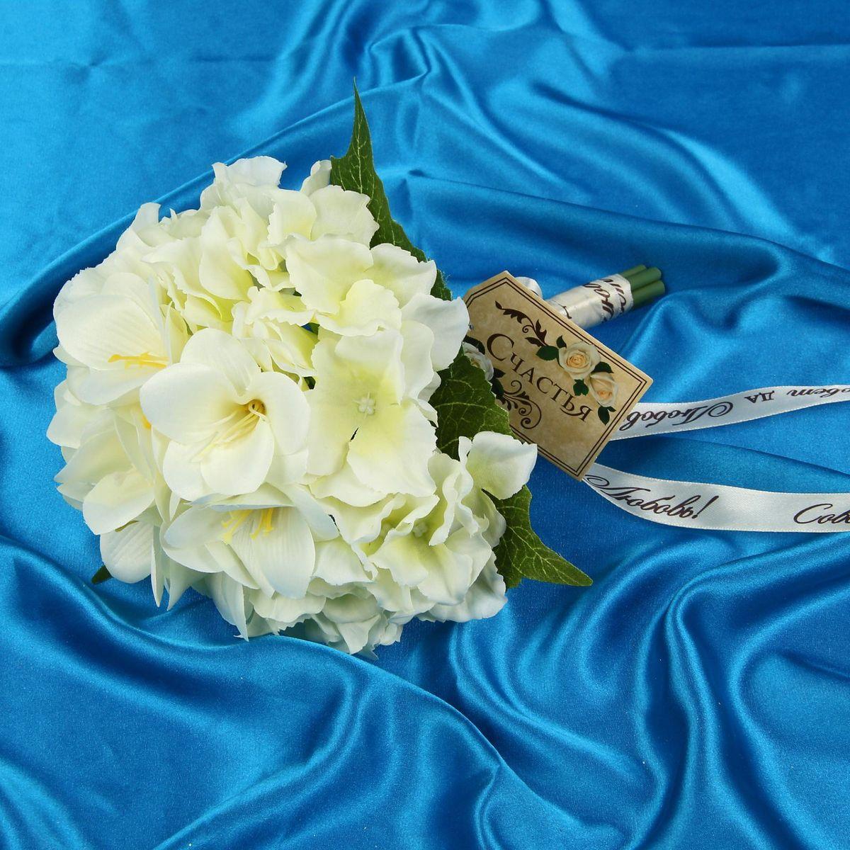 Букет-дублер Sima-land Вкус к жизни, цвет: белый1212632Свадьба - одно из главных событий в жизни человека. В такой день всё должно быть безупречно, особенно букет невесты. Но кидать, по старой традиции, цветочную композицию подругам не всегда удобно, и на помощь приходит букет-дублер Вкус к жизни лилии, гортензии - красивый и яркий аксессуар. Стебли оформлены лентой с надписью Совет да любовь. Букет дополнен шильдом с тёплым пожеланием. После торжества он украсит любой интерьер, ведь нежные цветы из текстиля не завянут и не помнутся.