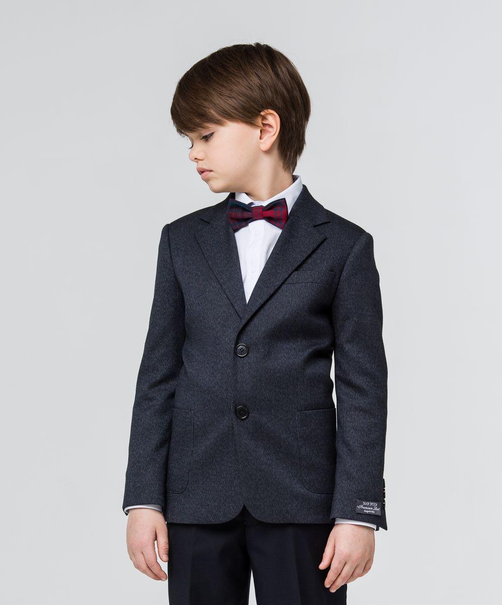 Пиджак для мальчика Silver Spoon, цвет: темно-синий. SSFSB-629-13505-305. Размер 140SSFSB-629-13505-305Пиджак для мальчика Silver Spoon изготовлен из полиэстера с добавлением вискозы. Подкладка пиджака также выполнена из полиэстера с добавлением вискозы. Пиджак с воротником с лацканами и длинными рукавами застегивается на две пуговицы. Манжеты рукавов дополнены декоративными пуговицами. Пиджак имеет два накладных кармана и нагрудный кармашек спереди и два внутренних втачных кармана, а также внутренний втачной карман на пуговице.