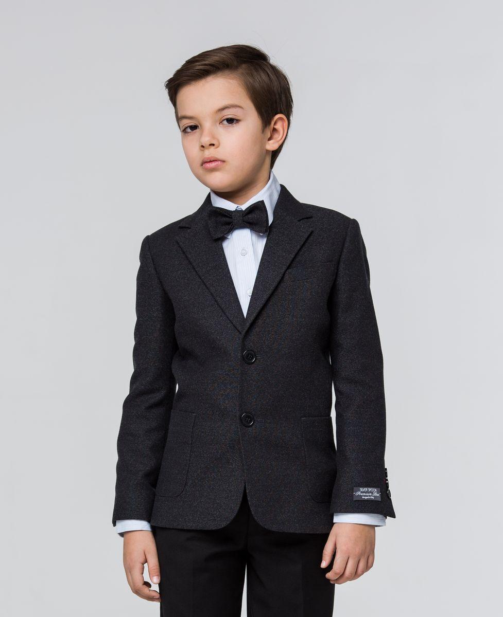 Пиджак для мальчика Silver Spoon, цвет: черно-синий. SSFSB-629-13505-322. Размер 152SSFSB-629-13505-322Пиджак для мальчика Silver Spoon изготовлен из полиэстера с добавлением вискозы. Подкладка пиджака также выполнена из полиэстера с добавлением вискозы. Пиджак с воротником с лацканами и длинными рукавами застегивается на две пуговицы. Манжеты рукавов дополнены декоративными пуговицами. Пиджак имеет два накладных кармана и нагрудный кармашек спереди и два внутренних втачных кармана, а также внутренний втачной карман на пуговице.