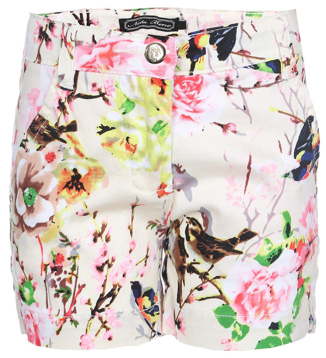 Шорты для девочки Nota Bene, цвет: бежевый, розовый, коричневый. SS161G421-5. Размер 98SS161G421-5Стильные шорты для девочки Nota Bene идеально подойдут юной моднице для отдыха и прогулок. Изготовленные из мягкого эластичного материала, они тактильно приятные, имеют комфортную длину и удобную посадку на фигуре.Модель на талии застегивается на металлическую пуговицу и имеет ширинку на застежке-молнии, а также шлевки для ремня. С внутренней стороны пояс регулируется скрытой резинкой на пуговицах. Спереди расположены два втачных кармана, сзади - два прорезных. Изделие оформлено принтом с изображением цветов и птиц, декорировано нашивкой и металлическими клепками с названием бренда.Современный дизайн и расцветка делают эти шорты модным предметом детской одежды. Обладательница таких шорт всегда будет в центре внимания!