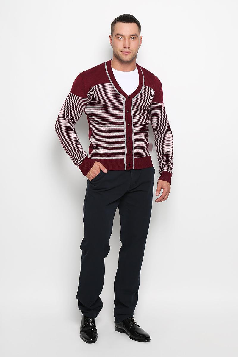 Кардиган мужской Rocawear, цвет: бордовый, белый. R0315S03. Размер M (48)R0315S03Стильный мужской кардиган Rocawear выполнен из высококачественного натурального акрила, благодаря чему великолепно сохраняет тепло, позволяет коже дышать и обладает высокой износостойкостью и эластичностью. Модель с длинными рукавами и V-образным вырезом горловины согреет вас в прохладные дни. Кардиган застегивается на пуговицы, манжеты рукавов, низ и вырез горловины связаны резинкой. Теплый вязаный кардиган - идеальный вариант для создания уникального образа. Такая модель будет дарить вам комфорт в течение всего дня и послужит замечательным дополнением к вашему гардеробу.