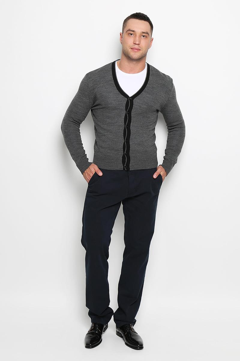 Кардиган мужской Rocawear, цвет: серый. R0315S04. Размер XL (52)R0315S04Стильный мужской кардиган Rocawear выполнен из высококачественного натурального акрила, благодаря чему великолепно сохраняет тепло, позволяет коже дышать и обладает высокой износостойкостью и эластичностью. Модель с длинными рукавами и V-образным вырезом горловины согреет вас в прохладные дни. Кардиган застегивается на пуговицы, манжеты рукавов, низ и вырез горловины связаны резинкой. Теплый вязаный кардиган - идеальный вариант для создания уникального образа. Такая модель будет дарить вам комфорт в течение всего дня и послужит замечательным дополнением к вашему гардеробу.
