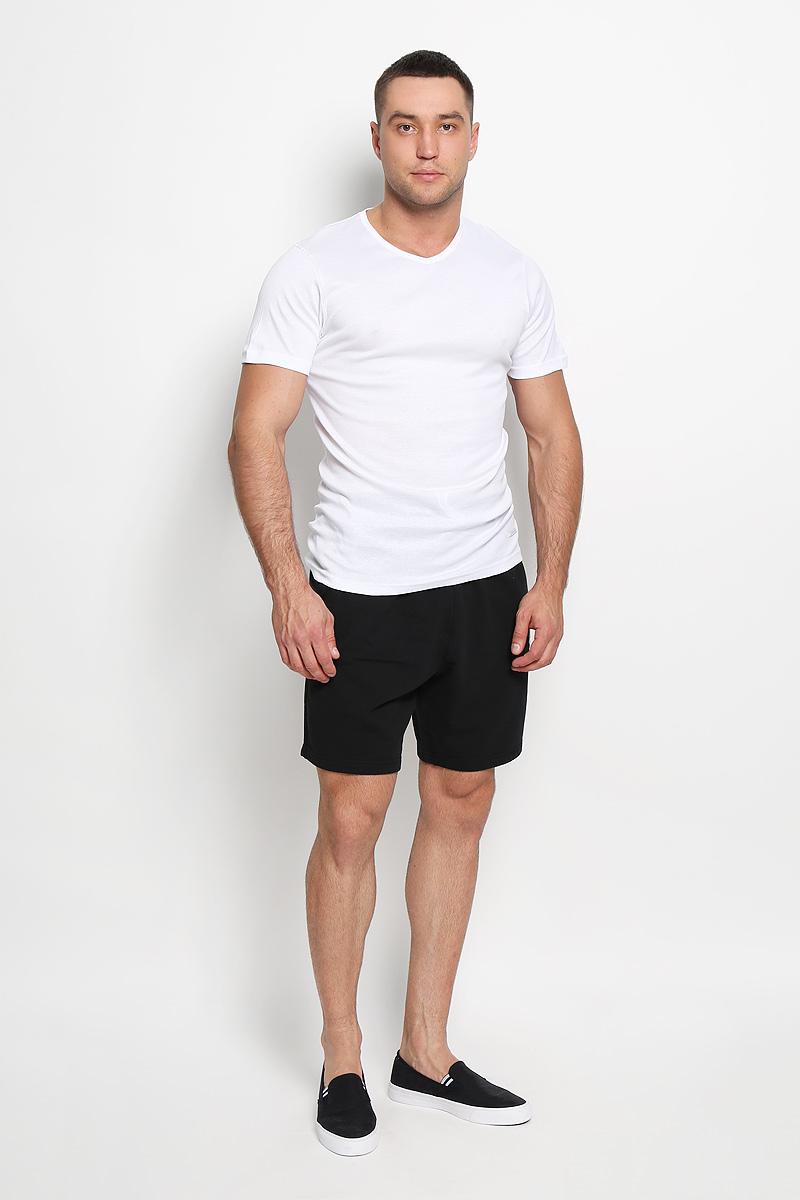 Футболка мужская Diadora, цвет: белый. 5099. Размер 4 (48)5099Мужская футболка Diadora, выполненная из натурального хлопка, идеально подойдет для повседневной носки. Материал изделия очень мягкий и приятный на ощупь, не сковывает движения и позволяет коже дышать.Футболка с короткими рукавами имеет V-образный вырез горловины. Модель украшена фирменной нашивкой. Такая футболка будет дарить вам комфорт в течение всего дня и станет отличным дополнением к вашему гардеробу.