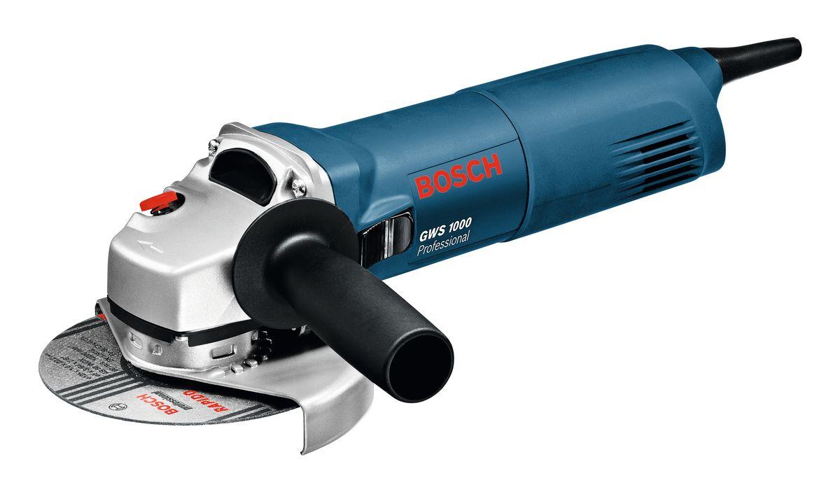 Шлифмашина угловая Bosch GWS 1000. 06018218R006018218R0Угловая шлифмашина Bosch GWS 1000 используется в строительно-демонтажных работах для отрезки или зачистки деталей из твердых металлов и сплавов. Головка редуктора поворачивается с шагом в 90°, благодаря чему можно выбрать оптимально комфортную позицию для работы.Технические характеристики:- Номинальная потребляемая мощность: 1000 W;- Число оборотов холостого хода: 11000 об/мин;- Выходная мощность: 630 W;- Диаметр круга: 125 мм;- Резиновая шлифпластина, диаметр: 125 мм;- Диаметр круглой щетки: 75 мм;- Масса без кабеля: 2,1 кг.Комплектация:- дополнительная рукоятка,- круглая гайка,- ключ под два отверстия,- защитный кожух.