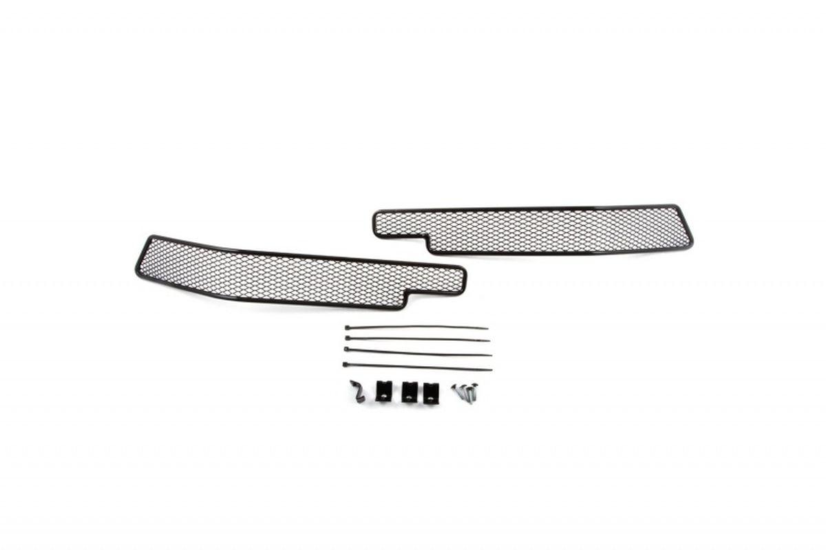Сетка для защиты радиатора Novline-Autofamily, для Toyota Land Cruiser 200 2015-, 2 шт01-521615-151В отличие от универсальных сеток, данный продукт разрабатывается индивидуально под каждый бампер автомобиля. Внешняя защитная сетка радиатора полностью повторяет геометрию решетки бампера и гармонично вписывается в общий стиль автомобиля. При создании продукта были учтены как потребности автомобилистов, для которых важна исключительно защитная функция, так и автолюбителей, которые ищут способы подчеркнуть или создать новый стиль своего авто. Функциональность, тюнинг, или и то, и другое? Выбор только за вами. Сетка для защиты радиатора изготовлена из антикоррозионного материала, что гарантирует отсутствие ржавчины в процессе эксплуатации. Простая установка делает этот продукт необыкновенно удобным. В отличие от универсальных сеток, для установки которых требуется снятие бампера, то есть наличие специализированных навыков и дополнительного оборудования (подъемник и так далее), для установки этого продукта понадобится 20 минут времени и отвертка.