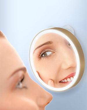 Gezatone Зеркало косметологическое 10x, с подсветкой, золотое LM1001301216Удобное круглое косметологическое зеркало с 10-ти кратным увеличением и подсветкой. Зеркало отлично подойдет для проведения различных косметологических процедур, нанесения макияжа, удаления нежелательных волос. Зеркало имеет систему вакуумного крепления к поверхности, что делает его невероятно удобным при использовании дома, в поездках или путешествиях – просто прикрепите его к любой зеркальной поверхности или стеклу.Кроме того, зеркало имеет 10-ти кратное увеличение и дополнительную функцию подсветки – ваш макияж будет идеальным, ни одна мельчайшая деталь не ускользнет от вашего взгляда. Чтобы включить функцию подсветки, достаточно просто нажать на зеркало. Диаметр зеркала: 10 см