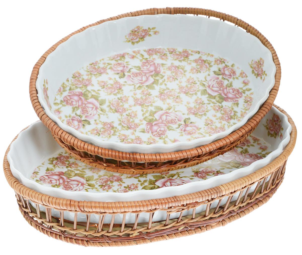 """Набор Mayer & Boch """"Розы"""" состоит из двух овальных форм в корзинках. Формы выполнены из высококачественного фарфора белого цвета и вручную расписаны великолепным цветочным узором. Плетеные корзины из ротанга, в которые вставляются формы, послужат красивыми и оригинальными подставками. Фарфоровая посуда выдерживает высокие перепады температуры, поэтому ее можно использовать в духовке, микроволновой печи, а также для хранения пищи в холодильнике. Формы прекрасно подойдут для запекания овощей, мяса и других блюд, а оригинальный дизайн и яркое оформление украсят ваш стол. Можно мыть в посудомоечной машине. Размер формы: 33 х 23 х 5 см; 27 х 20,5 х 4 см.Объем форм: 2,1 л; 1,6 л."""