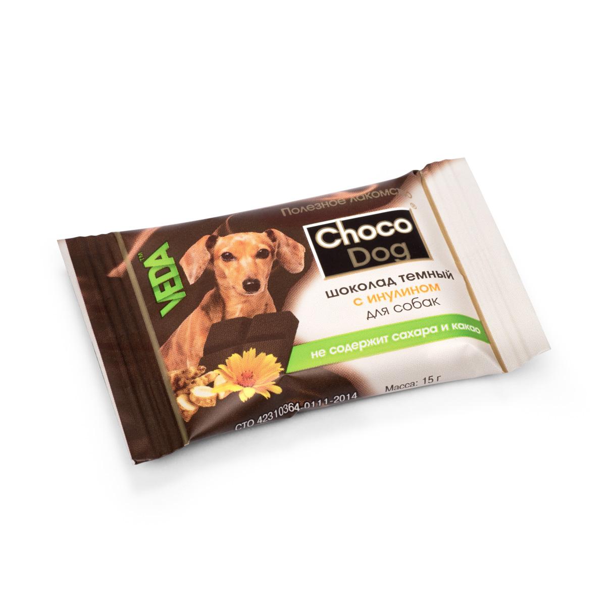 Лакомство для собак VEDA Choco Dog, темный шоколад с инулином, 15 г4605543006579Лакомство для собак VEDA Choco Dog представляет собой дополнительный функциональный корм для непродуктивных животных, предназначенный для использования в качестве лакомства с целью поощрения и дрессуры животных. Сладкое лакомство для собак, обогащённое полезным наполнителем.Инулин обладает пребиотическими свойствами, а значит способствует поддержанию здоровой микрофлоры кишечника животного. Его присутствие в составе обогащает любой продукт.Состав, энергетическая и пищевая ценность: заменитель масла какао, лактоза, порошок плодов рожкового дерева, сухая молочная сыворотка, инулин, чёрный альбумин, лецитин, стевиозид, пищевой ароматизатор. Пищевая ценность в 100 г: белки 3,5 г, жиры 40 г, углеводы 50 г.Энергетическая ценность в 100 г: 560 ккал.Товар сертифицирован.Чем кормить пожилых собак: советы ветеринара. Статья OZON Гид
