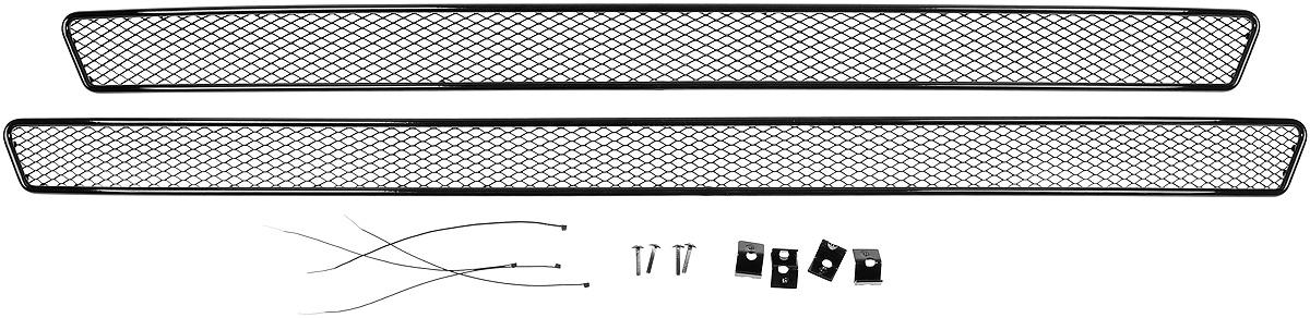 Сетка для защиты радиатора Novline-Autofamily, внешняя, для Skoda Rapid (2014-) с противотуманными фонарями, 2 шт01-471214-151Сетка для защиты радиатора Novline-Autofamily изготовлена из антикоррозионного материала, что гарантирует отсутствие ржавчины в процессе эксплуатации. Изделие устанавливается на штатную решетку переднего бампера автомобиля, защищая таким образом радиатор от попадания камней, крупных насекомых, мелких птиц. Простая установка делает это изделие необыкновенно удобным. В отличие от универсальных сеток, для установки которых требуется снятие бампера, то есть наличие специализированных навыков и дополнительного оборудования (подъемник и так далее), для установки этой сетки понадобится 20 минут времени и отвертка. Данный продукт разработан индивидуально под каждый бампер автомобиля. Внешняя защитная сетка радиатора полностью повторяет геометрию решетки бампера и гармонично вписывается в общий стиль автомобиля.