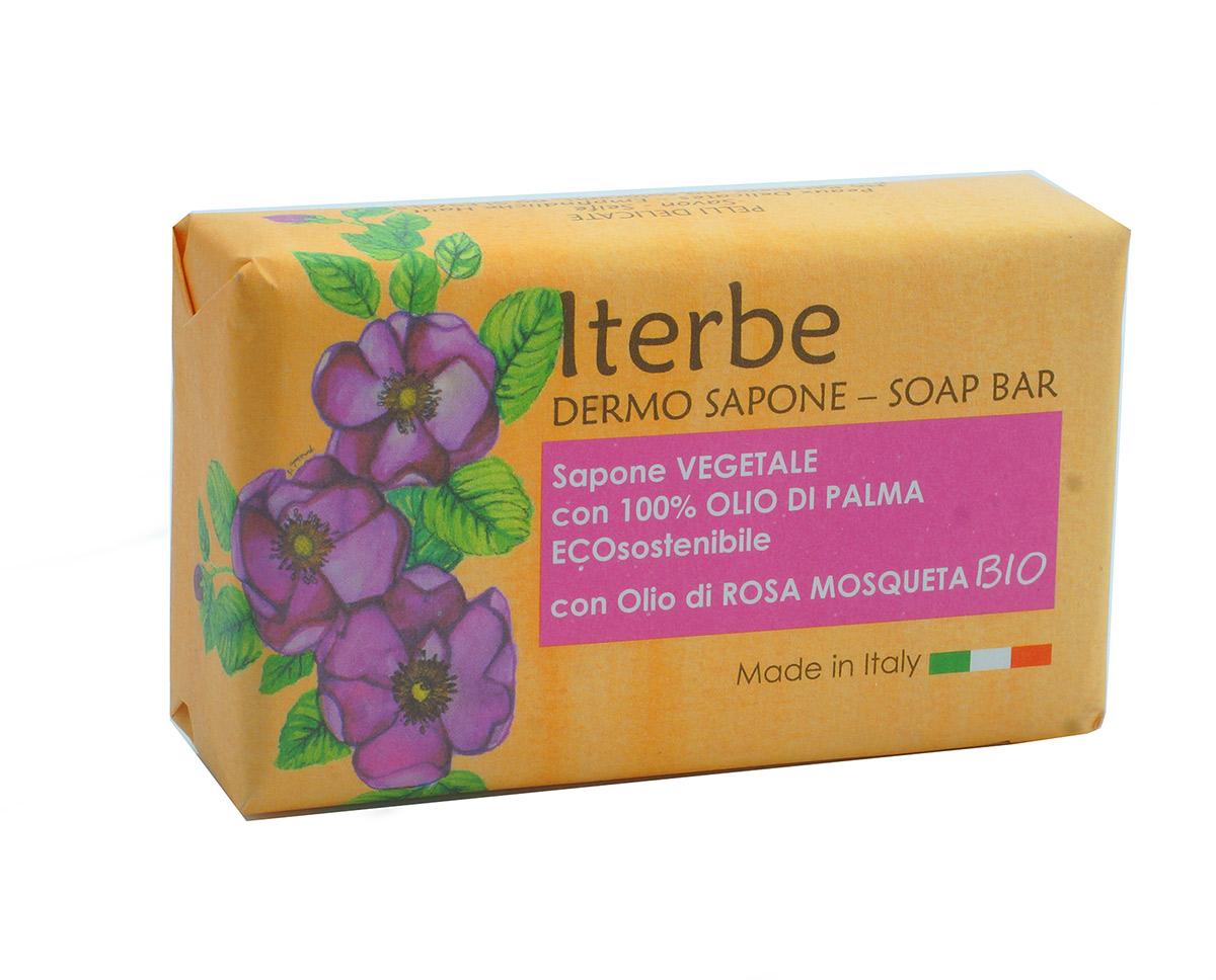 Iteritalia Мыло натуральное косметическое с органическим маслом шиповника, 100 г859Высококачественное натуральное мыло ,которое создаетмягкую кремообразную пену, бережно очищает кожу. Растительный глицерин и органическое масло шиповника оказывает на кожу успокаивающее, регенерирующее и увлажняющее действие. Подходит для всех типов кожи, идеально для чувствительнойкожи.