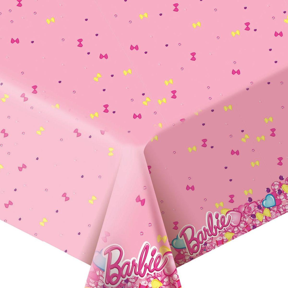 """Стильная полиэтиленовая скатерть """"Барби"""" размером 133 х 183 см поможет сделать детское торжество ярче и веселее: она отлично украсит праздничный стол и сохранит его в чистоте. А высокое качество скатерти позволит использовать ее много раз."""