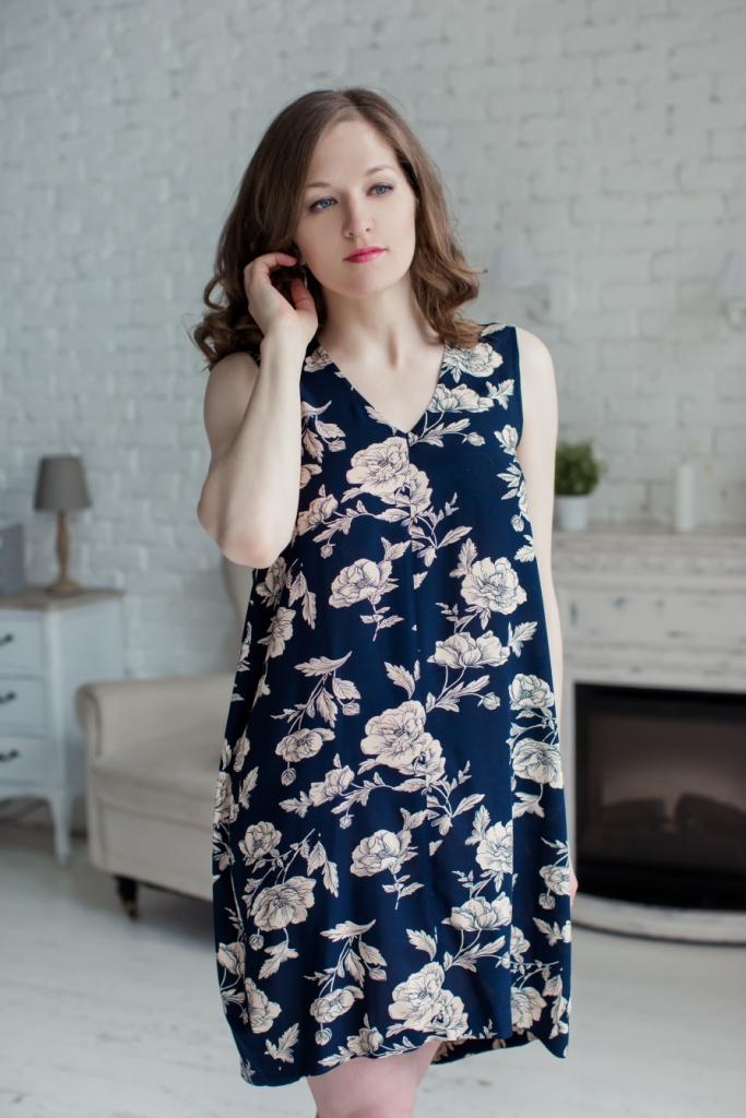 Платье MARUSЯ, цвет: темно-синий. 71171127. Размер 4871171127Стильное женское платье MARUSЯ модели-баллон выполнено из 100% вискозы. Изделие без рукавов с V-образным вырезом горловины. Оформлено платье оригинальным цветочным принтом.