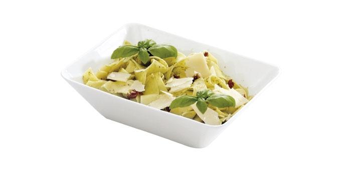 Салатник Tescoma Gustito, 20 x 15см386066Салатник Tescoma Gustito, изготовленный из высококачественного фарфора, сочетает в себе изысканный дизайн с максимальной функциональностью. Идеально подходит для подачи соусов, салатов, фруктов, овощей, суши, канапе, закусок, фондю и многого другогоЯркий салатник Tescoma станет украшением вашего стола и прекрасно подойдет для использования, как дома, так и на даче и пикниках.Салатник пригоден для использования в микроволновой печи, морозильника и посудомоечной машины. Размер салатницы: 20 х 15 см. Высота стенки: 6 см.