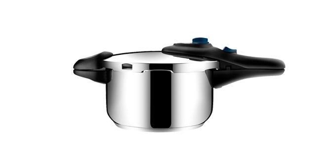 Скороварка Tescoma Presto, 4 л701504Скороварка Tescoma Presto выполнена из высококачественной нержавеющей стали. Она позволяет готовить при низком или высоком давлении, идеальна для быстрого и одновременно бережного приготовления блюд. Скороварка снабжена четырьмя предохранителями для безопасного использования и массивными ручками. Благодаря современной и компактной конструкции экономит место при варке и хранении. Скороварка снабжена шкалой для удобного отмеривания жидкостей. Трехслойное сэндвичевое дно пригодно для всех типов плит - газовых, электрических, стеклокерамических и индукционных.Диаметр (по верхнему краю): 24 см. Ширина (с учетом ручек): 43 см. Высота стенки: 14 см.