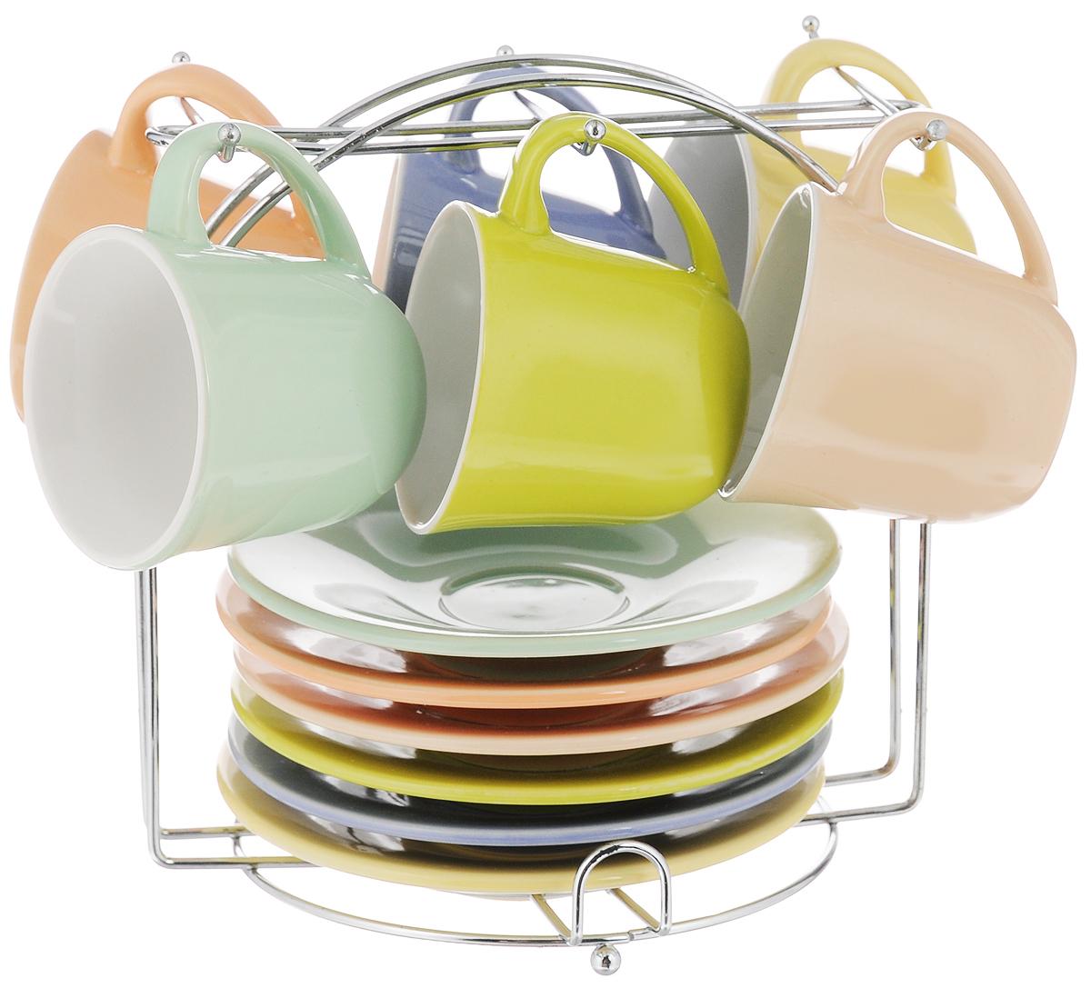 Набор кофейный Loraine, на подставке, 13 предметов. 2486524865Кофейный набор Loraine состоит из 6 чашек, 6 блюдец и подставки. Изделия выполнены из высококачественной керамики, имеют яркий дизайн и размещены на металлической подставке. Такой набор прекрасно подойдет как для повседневного использования, так и для праздников. Можно мыть в посудомоечной машине, использовать в микроволновой печи.Диаметр чашки (по верхнему краю): 6 см. Высота чашки: 5,5 см. Диаметр блюдца: 12 см. Высота блюдца: 2 см.Объем чашки: 80 мл. Размер подставки: 15,5 х 13,5 х 16 см.